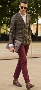クラッチバッグを含めシックな配色にワインレッドのバンツが差し色に