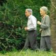 天皇皇后両陛下が皇居で散策途中の「スロージョギング」