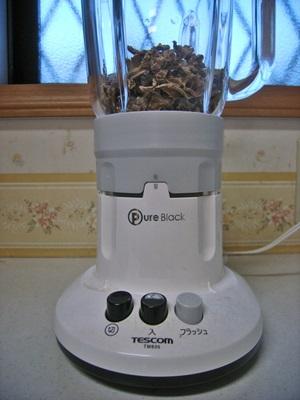 加熱乾燥した生姜をジューサーミキサーやすり鉢などで粉末状にする