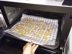 しょうがをオーブンへ入れて、100℃で、およそ1時間加熱する