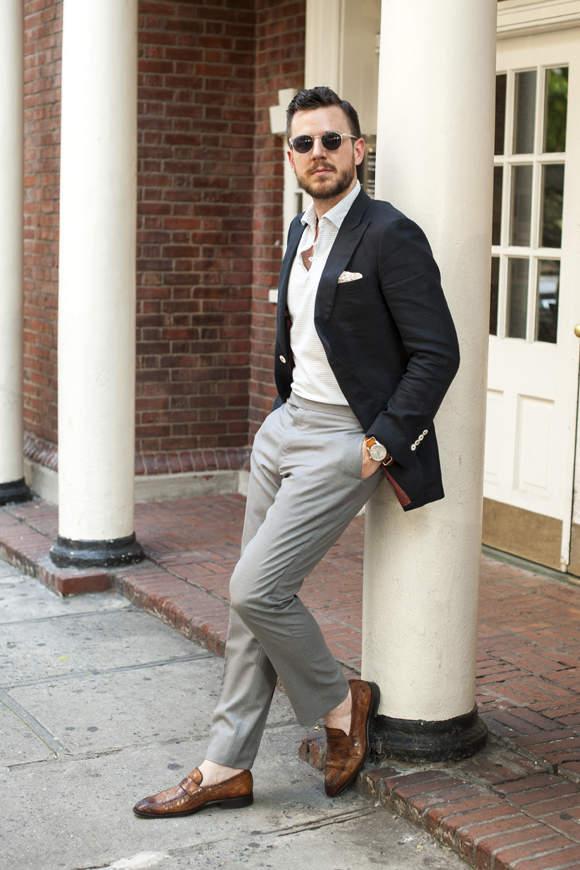 紺ジャケットx白ポロシャツ