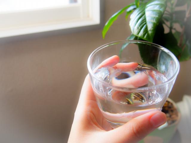 朝起きがけの一番のコップ1杯の水